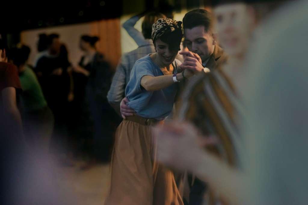 Couple dansant dans l'état d'esprit de The Swing Call Marseille